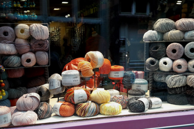 Yarn shops in Namur, Belgium | Happy in Red