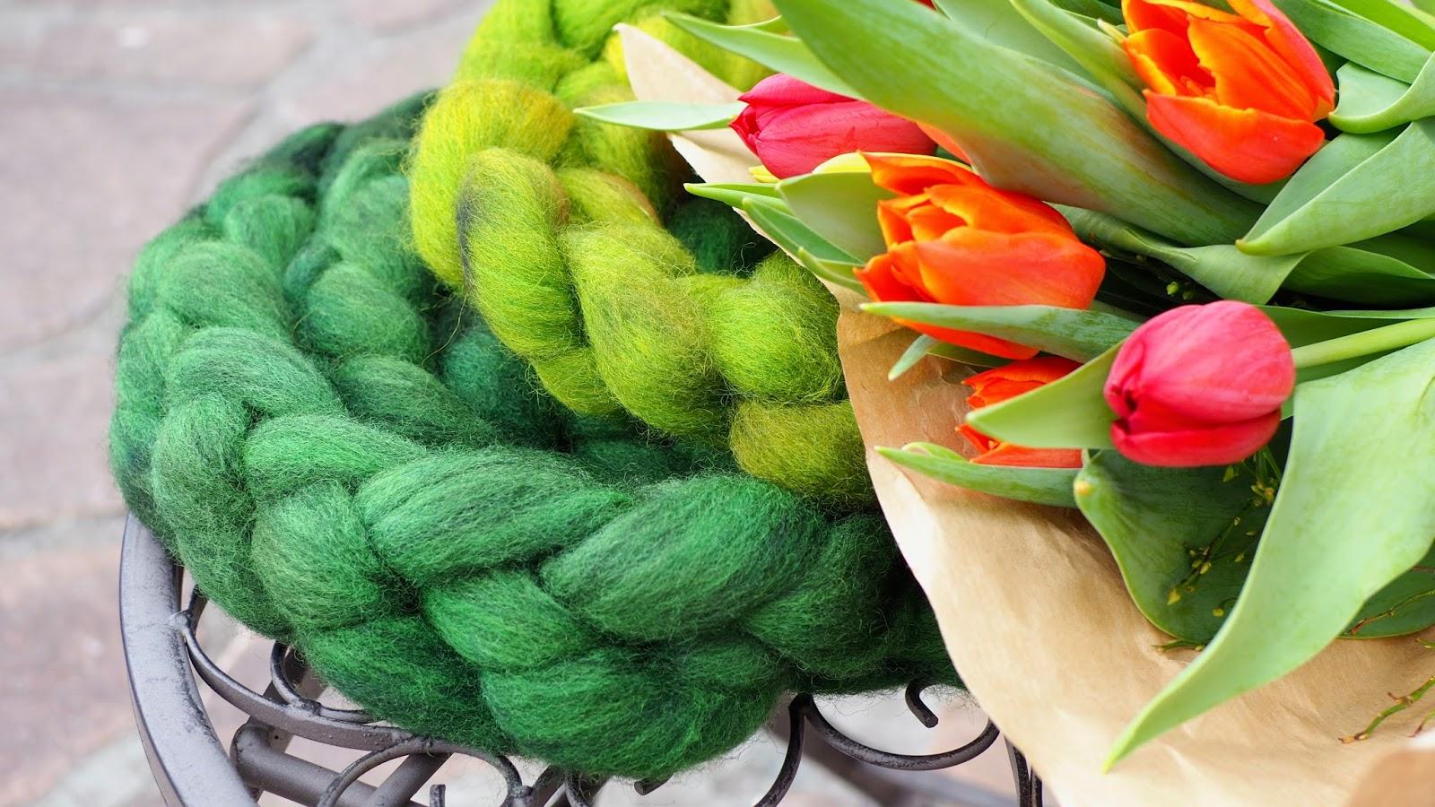 Wolle färben mit simplicol – fertige Kammzüge grün und Tulpen