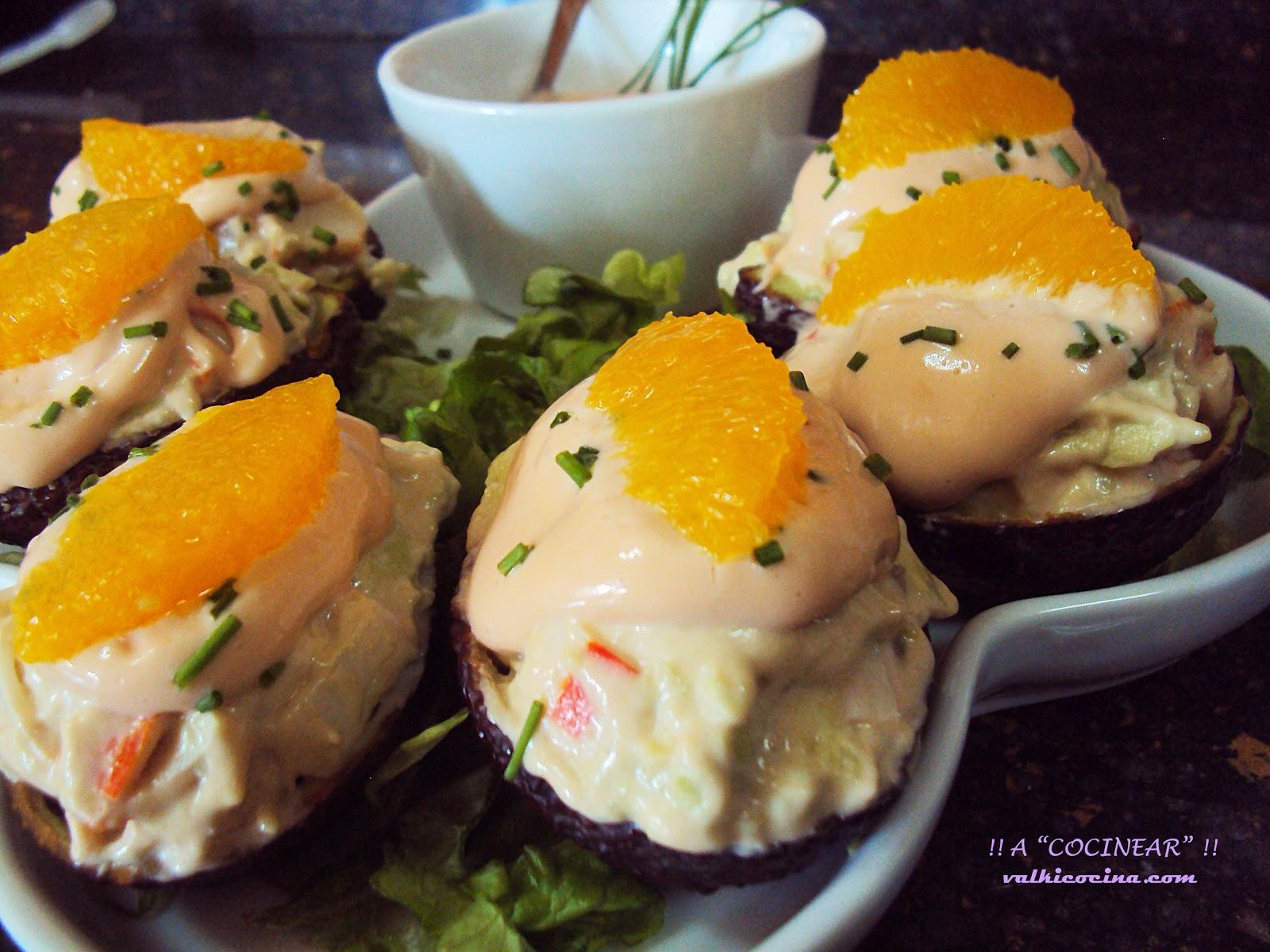 Aguacates rellenos de marisco y piña con salsa rosa