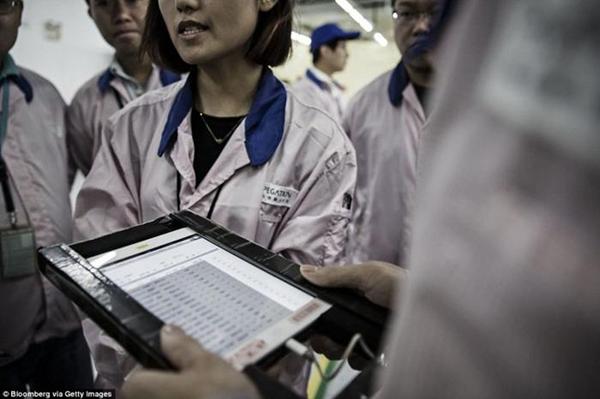 ـ صور من داخل المصنع السري لتجميع الآيفون في الصين ، ولماذا حرصت آبل على نشرها ؟ 1474911376_03.png