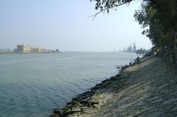 แม่น้ำที่ยาวที่สุดในโลก, อยู่ในเอเชียตะวันตกเฉียงใต้ แม่น้ำชัตต์อัลอาหรับเกิดจากแม่น้ำยูเฟรทีสไหลมาบรรจบกับแม่น้ำไทกรีสที่เมืองอัลกุร์นะห์ ไหลผ่านเมืองบัสราของอิรักไปยังเมืองคอรัมซาหร์และอาบาดานในประเทศอิหร่าน แล้วลงสู่อ่าวเปอร์เซียในประเทศอิรักใกล้เมืองท่าอัลฟาว
