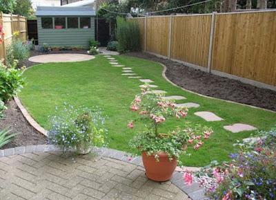 Memiliki taman hijau yang asri dan menyejukkan ialah harapan setiap pemilik rumah 90 Inspirasi Desain Taman Belakang Rumah yang Asri