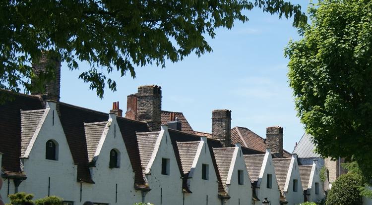 Blog & Fotografie by it's me! - Dachgiebel von alten Reihenhäusern in Brügge, Belgien