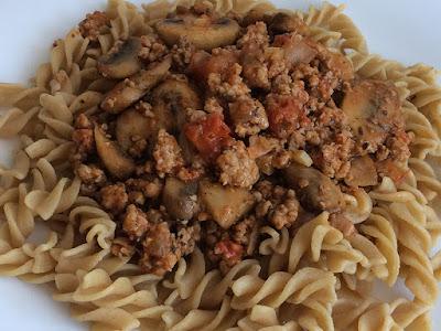Szybki obiad z makaronu i mięsa z pieczarkami