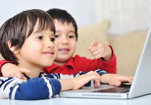 Anak-anak mengoperasikan laptop