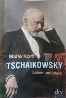 Das Cover zeigt den älteren Tschaikowsky in einem Sessel sitzend, die Stirn auf die Hand gestützt