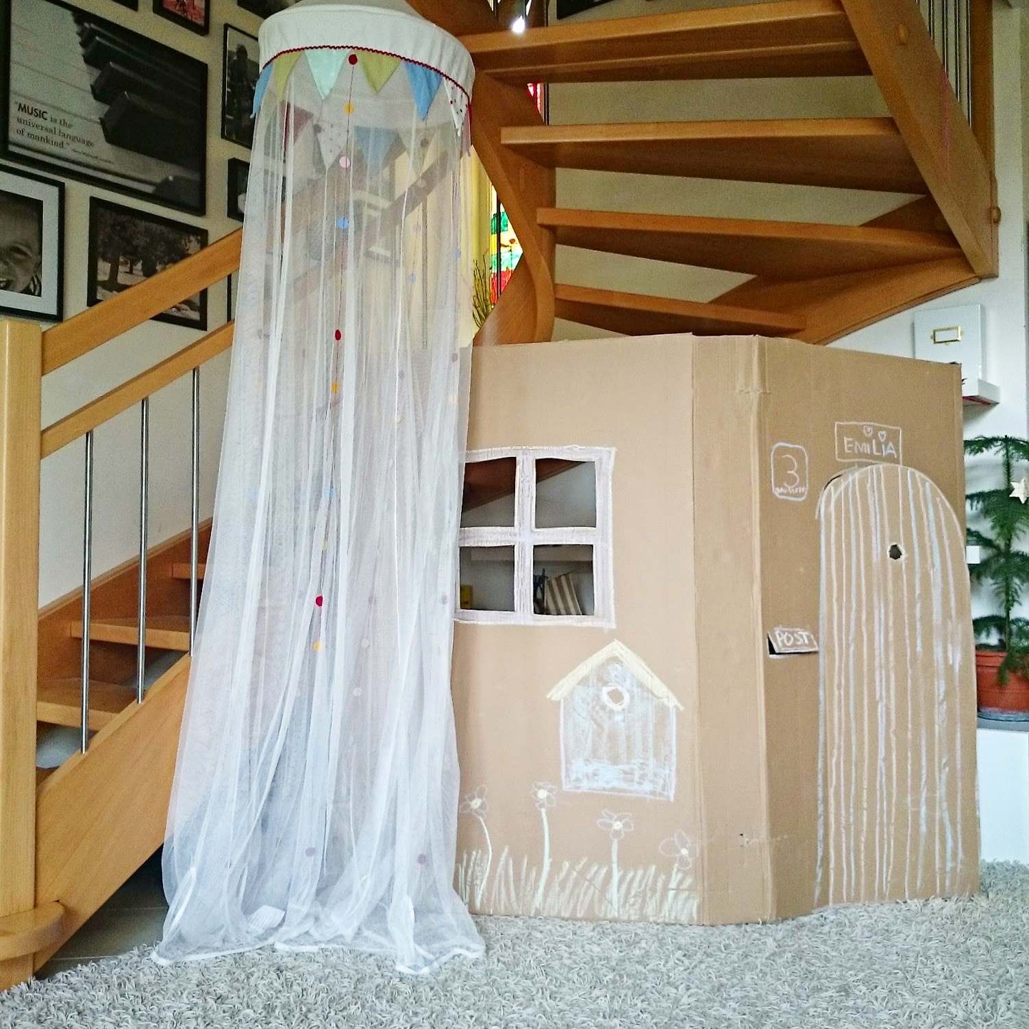 ein spielhaus aus karton oder wie wir den platz unter der treppe endlich sinvoll nutzen wohn. Black Bedroom Furniture Sets. Home Design Ideas