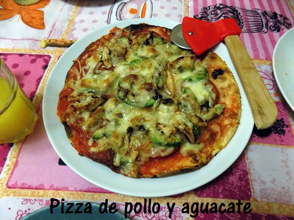 Pizza de pollo y aguacate