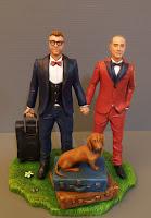 statuetta per torta matrimoni gay sposi valigie trolley cane orme magiche