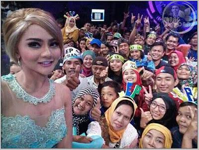Jenita Janet, Artis penyanyi dangdut (House) bersama Pesbuker Subang di Studio 5 Indosiar.