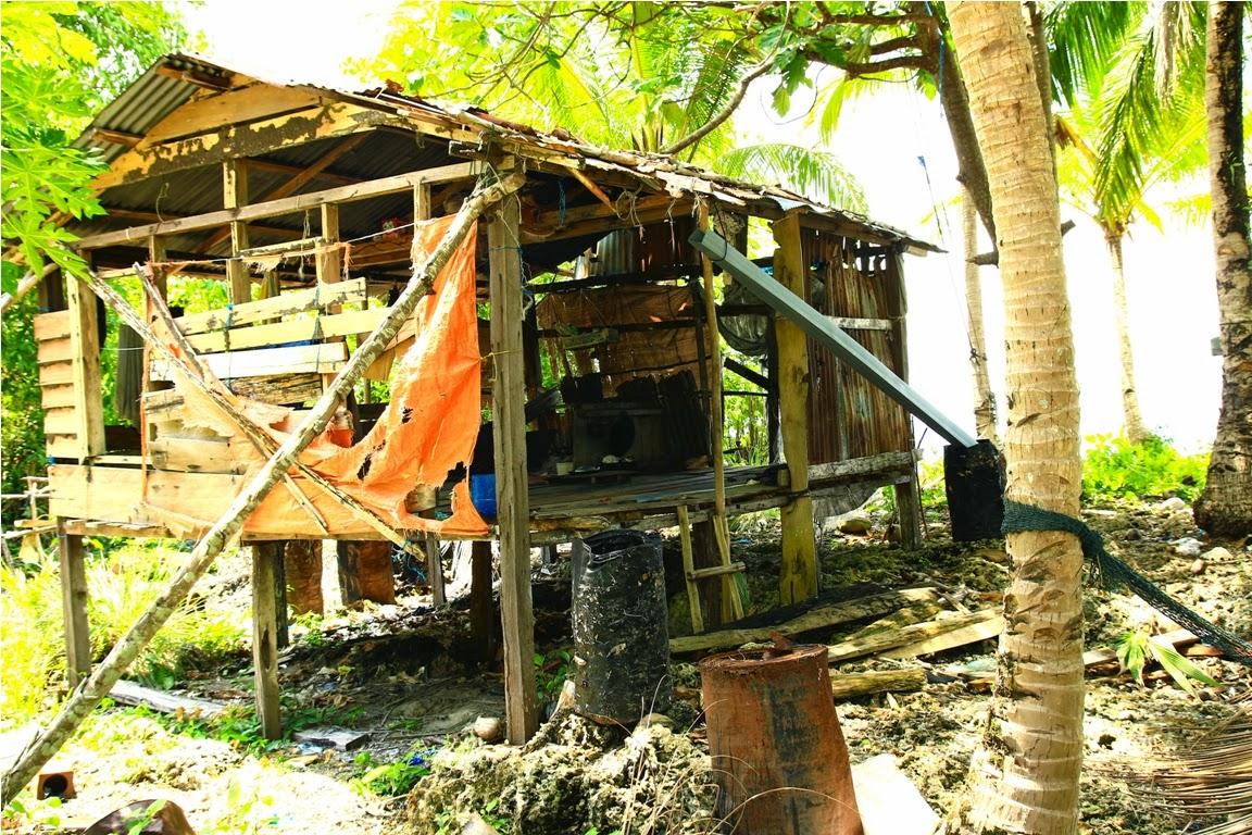 Shelter yang terlihat sering dipakai, terlihat dari banyaknya peralatan masak dan bumbu dapur