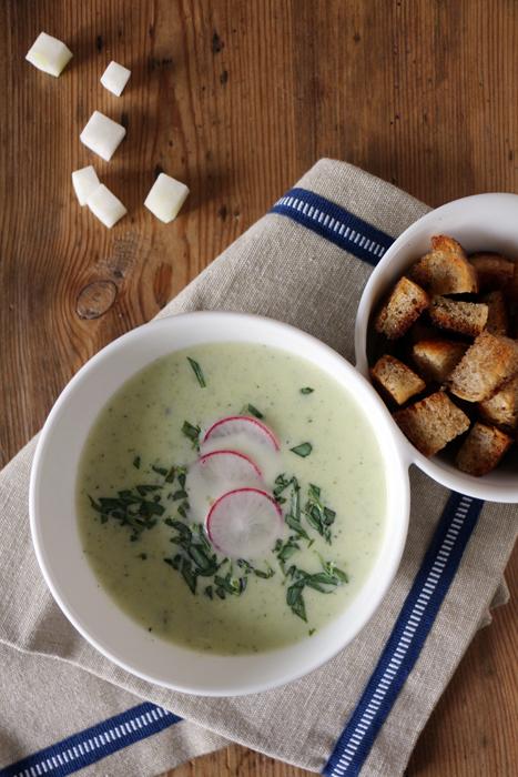 Kohlrabi-Zucchini-Suppe mit Croutons