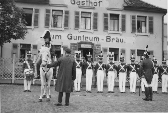 """Die Bürgerwehr 1931 vor ihrem Stammsitz / Vereinslokal dem sog. """"Storchennest"""", Nachlass Joseph Stoll, Album Winzerfest, lfd. No. 0027"""