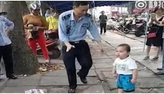 ΑΠΙΘΑΝΟΣ μπόμπιρας: «Τα βάζει» με τους αστυνομικούς για να μην συλλάβουν τους γονείς του - BINTEO