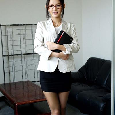 Gái văn phòng Emiri Okazaki sex tập thể