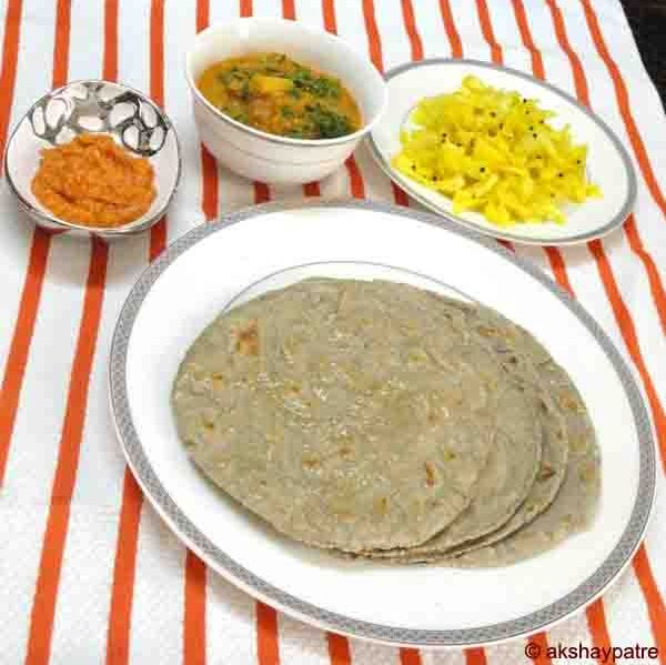 Bajre ki roti in a serving plate