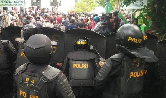 2 Polisi Terluka Atasi Demo Mahasiswa UIN Alauddin Makassar - Lensapos.com