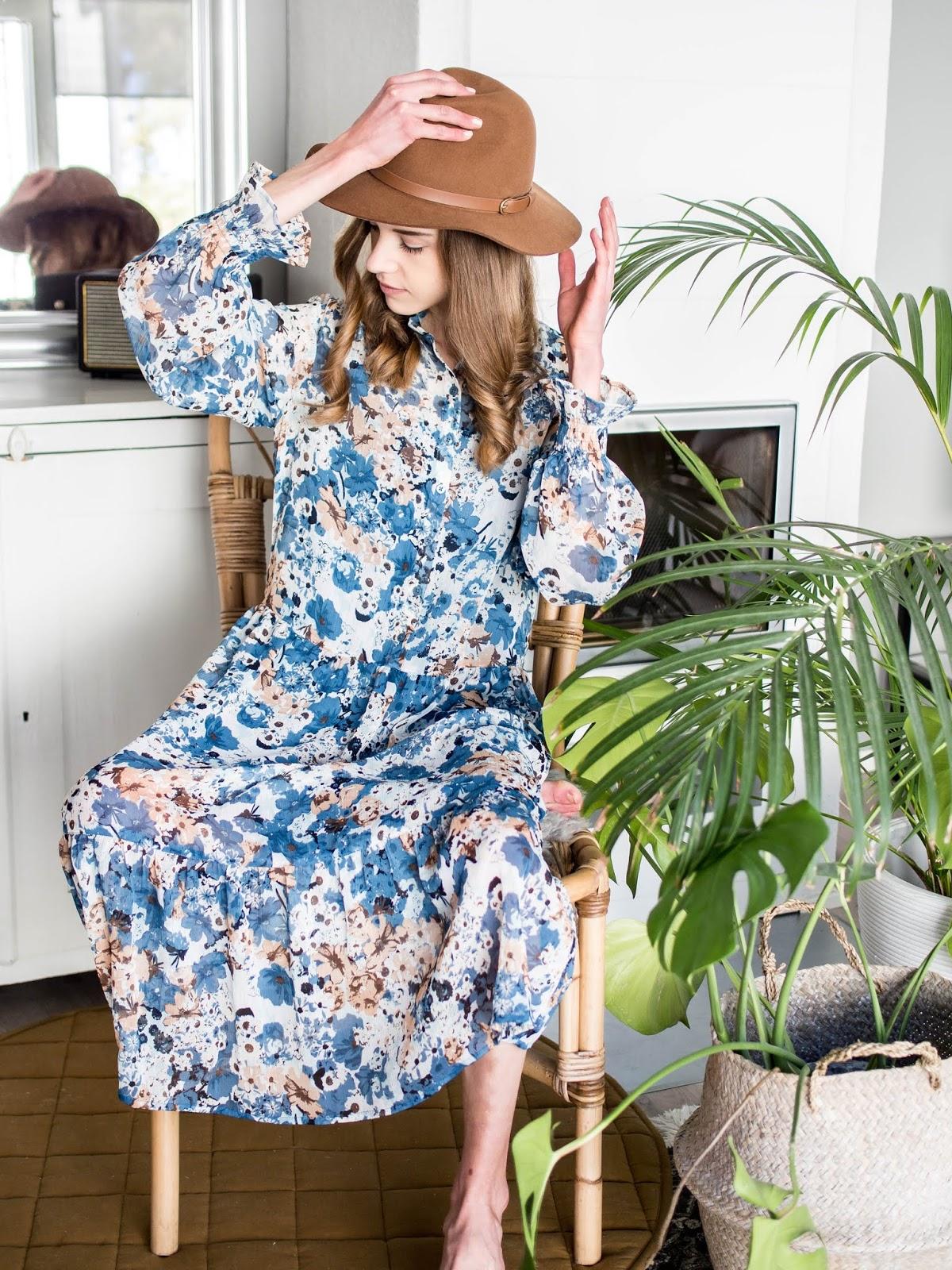 Floral maxi dress and tan fedora - Kukallinen maksimekko ja ruskea fedora-hattu