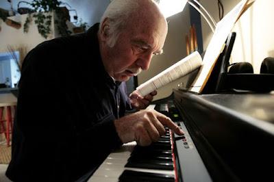 Người lớn tuổi có nên theo học đàn piano - Nếu yêu thích thì học - không có gì là không thể