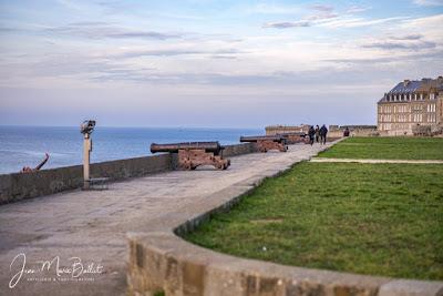 Bastion de Hollande (Saint-Malo) — Alignement de pièces d'artillerie navale.