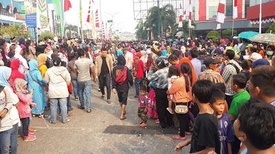 Masyarakat sibuk menonton Karnaval Khatulistiwa