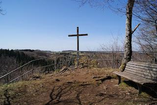 Aussichtspunkt während der ersten Etappe mit Gipelkreuz