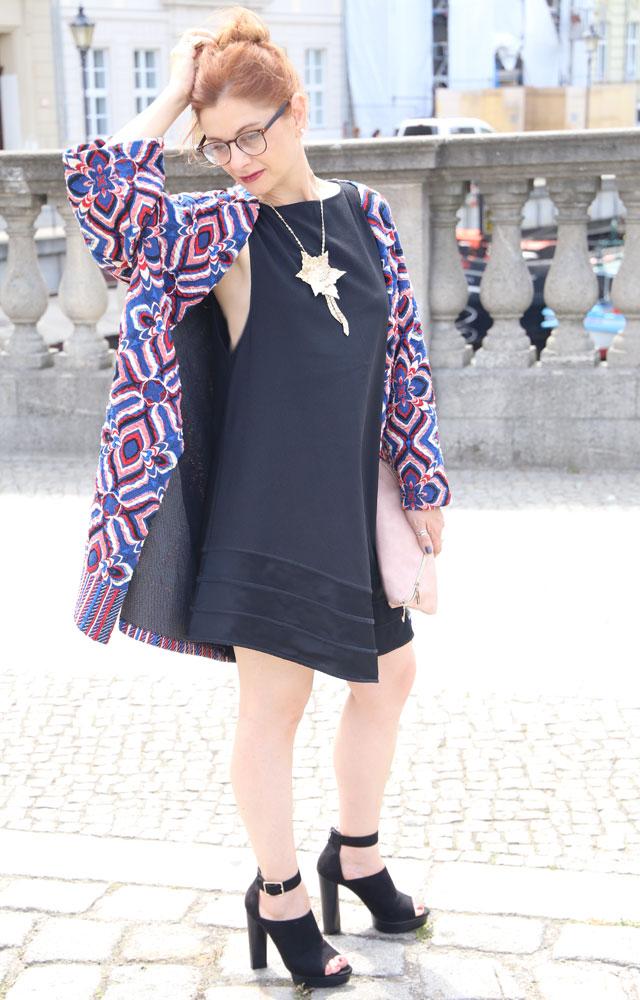 die Edelfabrik, Look mit schwarzem Minikleid, Mantel mit Blumenprint, High Heels