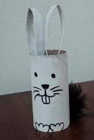 http://www.manualidadeson.com/diy-conejito-de-pascua-hecho-con-un-rollo-de-papel-reciclado.html