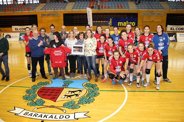 Los concejales y la alcaldesa, en el homenaje al Zuazo cuando se proclamaron subcampeonas de la Copa de la Reina en 2016