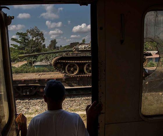Um enferrujado tanque soviético ameniza o panorama.