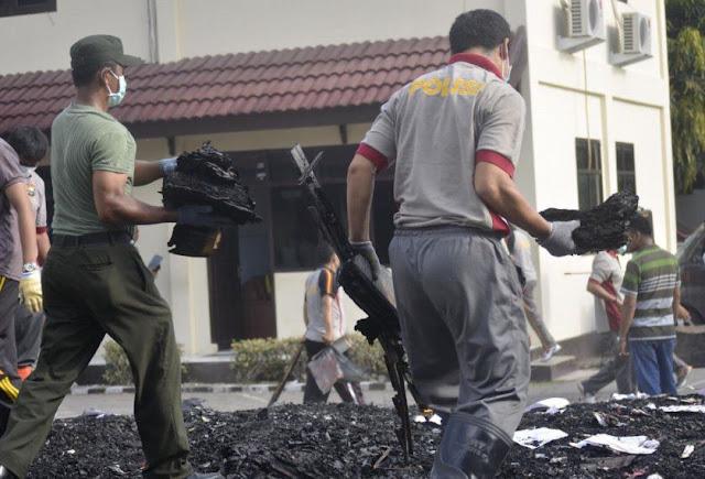 Peduli... Tentara Ikut Kerja Bakti, Di Markas Polisi