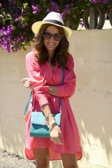 vestido rosa e mala verde