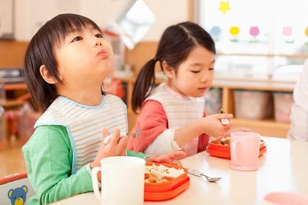 Dạy con trẻ những phép lịch sự trong khi ăn uống