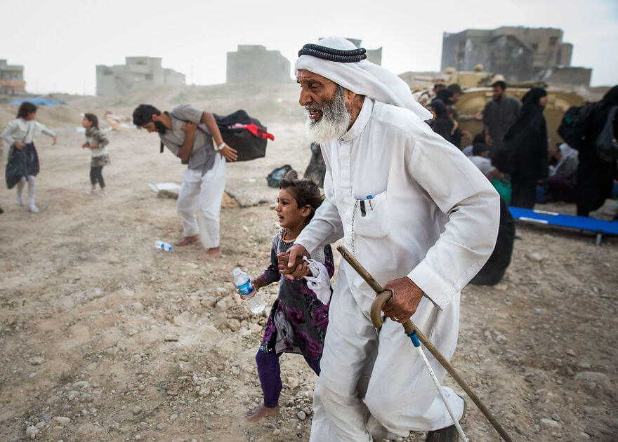 Powerful Heart-Breaking Pictures Of The Battle Of Mosul - Refugees escaping fighting