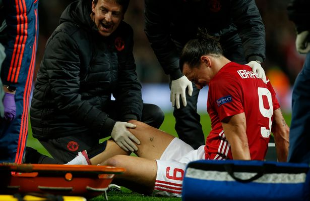 Manchester-Uniteds-Zlatan-Ibrahimovic-receives-medical-attention-after-sustaining-an-injury (1)