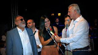 Ο Α. Παχατουρίδης δίνει αναμνηστικό στη Μάγδα Βαρουχά
