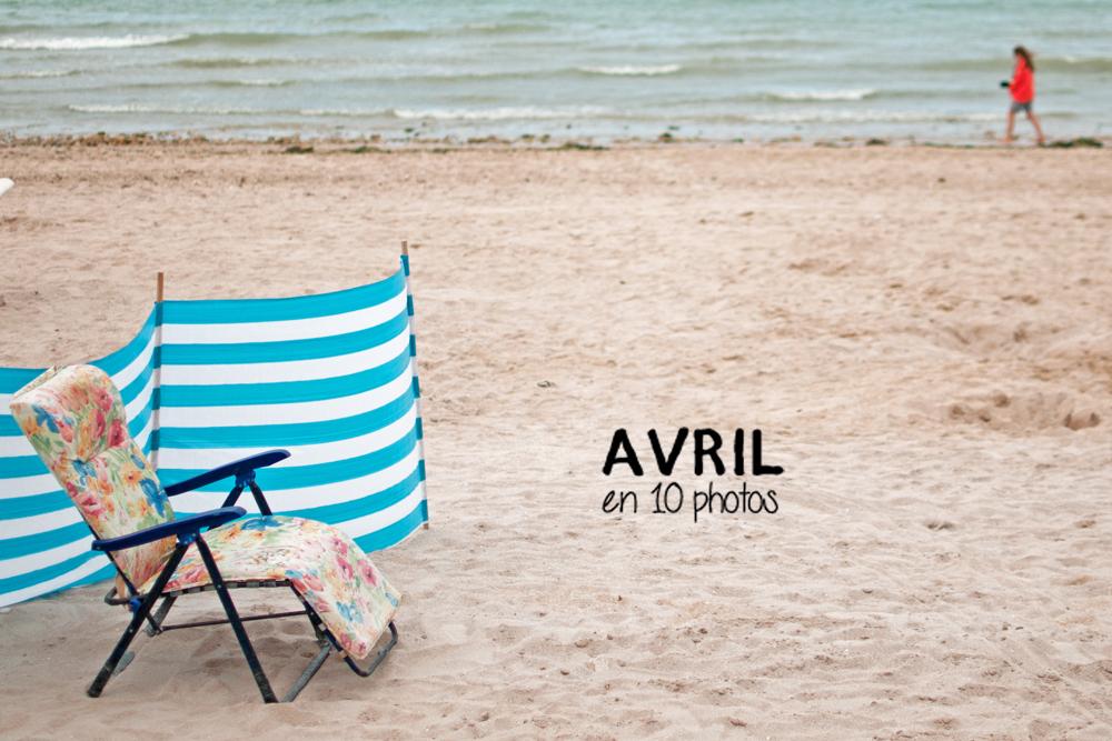 vue de la plage avec la mer en arrière plan et une chaise longue pliable et fleurie au premier plan