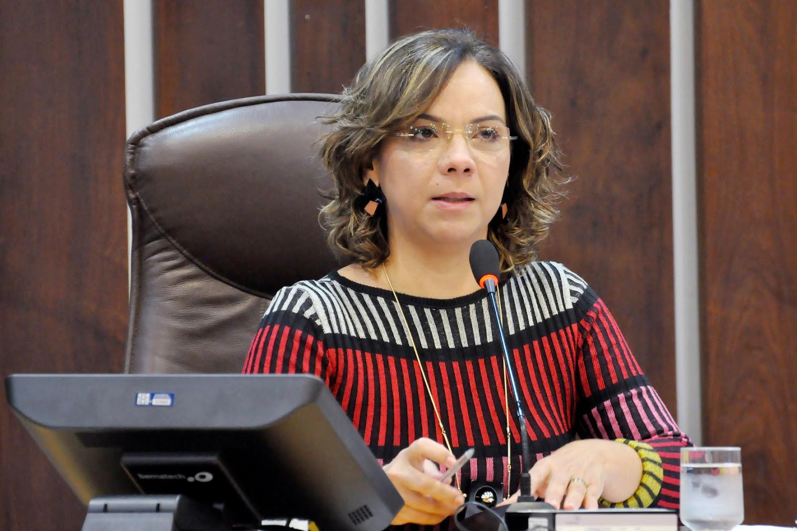 Lei de autoria de Larissa Rosado determina recursos para tratamento de  #A92223 1600 1066