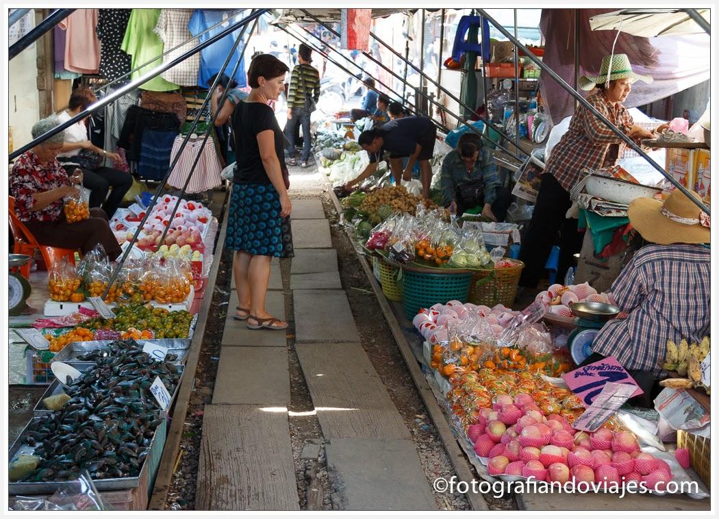 Mercado de Mae Klong o mercado de la vía en Tailandia