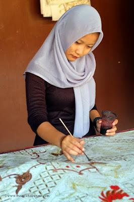 Belajar tentang Batik Pekalongan Proses pewarnaan collet