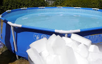 Απίστευτο πείραμα!  Έριξαν 450 κιλά ξηρό πάγο σε μια πισίνα και έγινε πανικός. (ΒΙΝΤΕΟ)