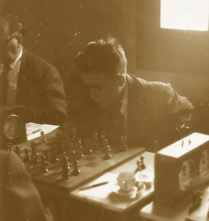 Joaquim Travesset jugando el social en el café del Casal