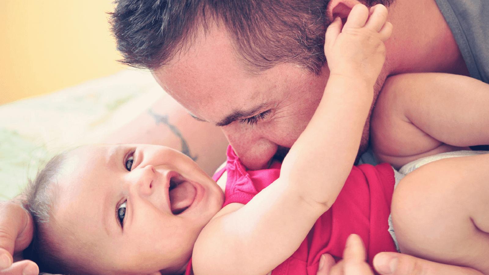 ΜΕΛΕΤΗ: Οι μπαμπάδες πρέπει να παίζουν περισσότερο με τα μωρά τους - mitrikosthilasmos.com