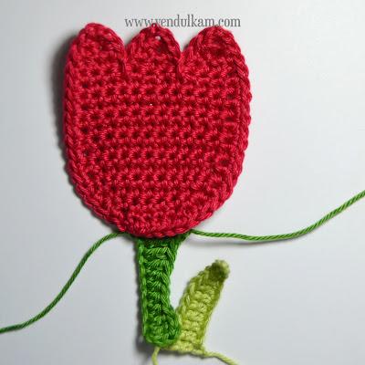 Crochet tulip applique by Vendulka Maderska, free pattern