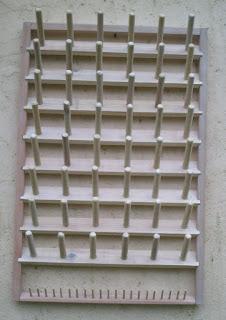 expositor de madeira, com vários cabos grossos e finos, para cones e carreteis para linhas de costuras