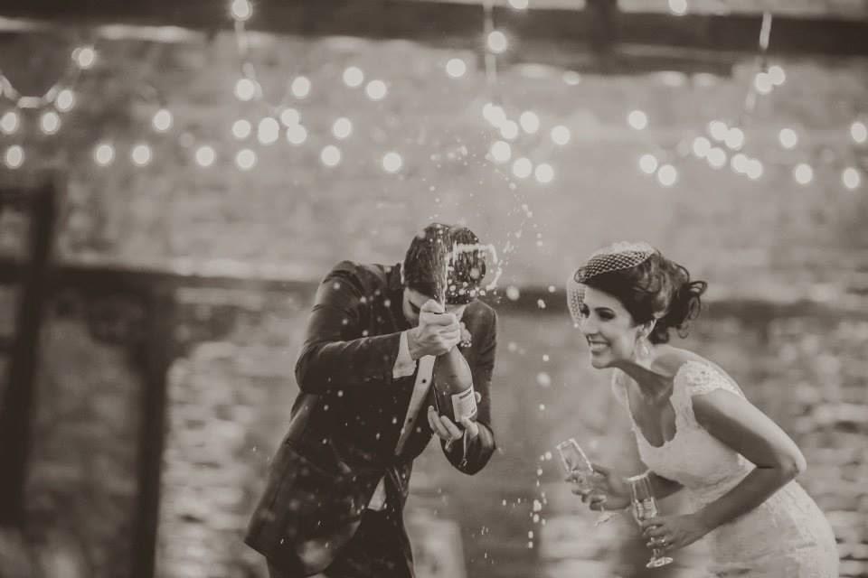 casamento-lindo-singelo-luzinhas-festa-noivos-brinde