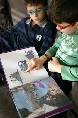 niños leyendo cuentos y libros infantiles sin texto para potenciar la imaginación y la creatividad