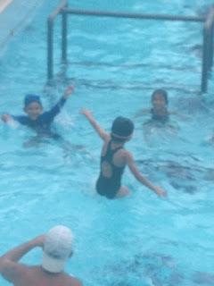 Lanzando a Sophia al agua 4x7