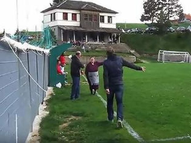 ΤΡΕΛΟ ΓΕΛΙΟ! (ΒΙΝΤΕΟ) Αθάνατο ελληνικό ποδόσφαιρο! Γιαγιά μπούκαρε στο γήπεδο γιατί οι παίχτες έκαναν … φασαρία!