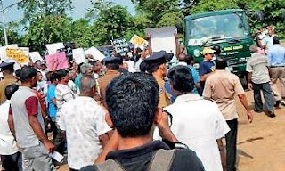 Gamini Lokuge and crowd turn back garbage trucks because of environmental pollution